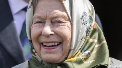 """""""30 000 фунтов в год"""": Елизавета II открыла вакансию для работы в Instagram и Twitter"""
