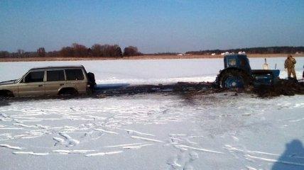 В Черкасской области иномарка провалилась под лед