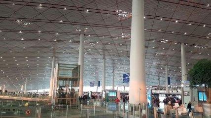В крупнейшем аэропорту Пекина через ливни отменили 360 рейсов