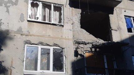 Боевики на Донбассе обстреляли жилой дом: пострадали мирные жители (фото)