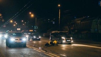 В Киеве водитель авто пытался пересечь двойную сплошную и сбил мотоциклиста