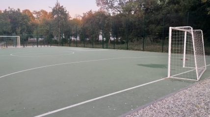 Территория школьного стадиона, где произошел инцидент