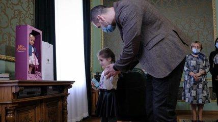 Скандал в Черновцах: воспитанницу детсада обидели подарком к 8 марта, в историю вмешался Зеленский