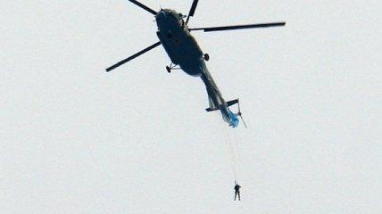 Парашютист зацепился за вертолет при падении, но выжил: ЧП в России попало на фото и видео