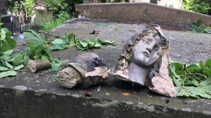 Ураган во Львове: на Лычаковском кладбище повреждены 70 памятников