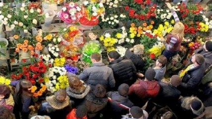 В Киеве и Одессе образовались огромные очереди за цветами 8 марта (видео)