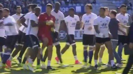 """Матч """"Бастия"""" - """"Лион"""" был прерван из-за атаки фанатов на игроков гостей (Видео)"""