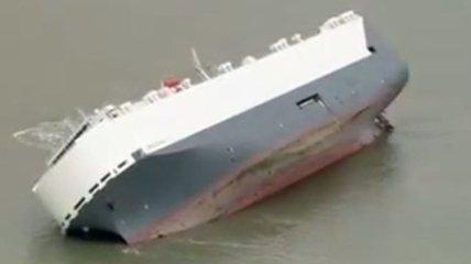 Возле Британии село на мель 180-метровое судно (Видео)