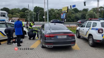 Криминалисты первоначально изучили машину на парковке супермаркета.