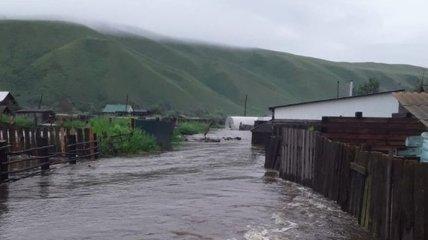 Жители жалуются на химический запах и головную боль: в России наводнения размыли радиоактивный могильник (видео)