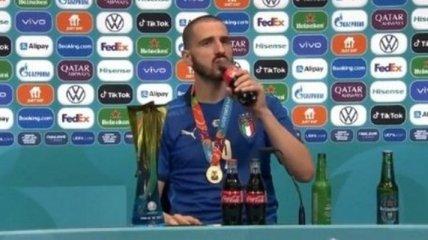 Специфические вкусы: лучший игрок финала Евро смешал Heineken и Coca-Cola на послематчевой прес-конференции (видео)