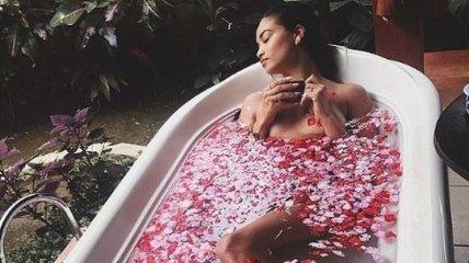 Алые розы: соблазнительные красотки публикуют фото в лепестках цветов