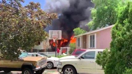 В американском штате Юта самолет с шестью людьми на борту упал на жилой дом