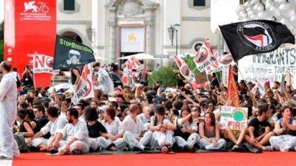 Экоактивисты протестуют на красной дорожке Венецианского фестиваля