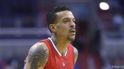 Игрок НБА случайно забросил 3 очка вместо передачи на партнера (Видео)