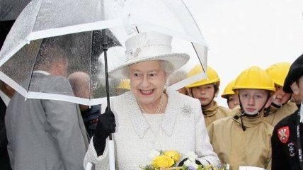 Яркие образы королевы Елизаветы ІІ с элегантными зонтами (Фото)