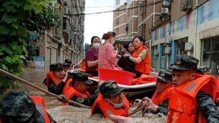 Китай накрыло убийственное наводнение: десятки человек погибли, тысячи - эвакуированы (фото, видео)