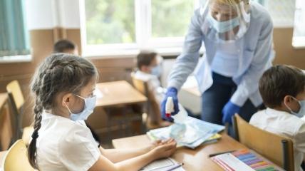 Работники образования активно делают прививки для продолжения работы школ.