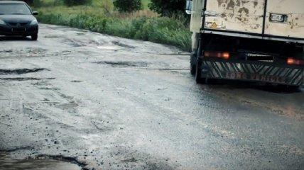 Кошмар водителей: как выглядит худшая дорога Украины, забравшая Кузьму (видео)