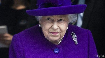 Как всегда яркая: Елизавета II продемонстрировала монохромный фиолетовый образ