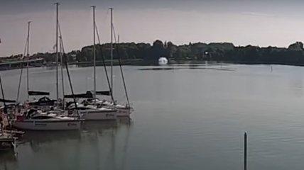 Появилось видео падения вертолета с украинцами в озеро в Польше
