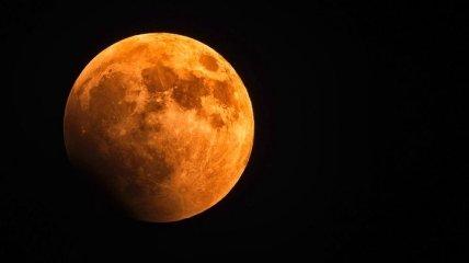 Планетологи в шоке: Луна покрывается ржавчиной