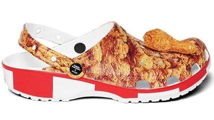 С ароматом жаренной курицы: KFC и Crocs выпустили эксклюзивную обувь (Видео)