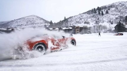 Если вы скучаете за снегом: потрясающий снежный дрифт на Veyron и Aventador (Видео)