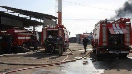 Проходит ликвидация пожаров на складах