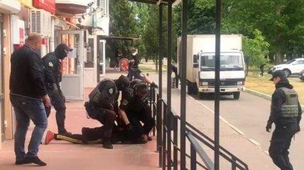 В Каховке злоумышленник бросил бутылку зажигательной смеси в здание прокуратуры