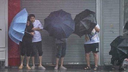 На один из крупнейших городов Китая обрушился тайфун: людей сносит ветром (видео)