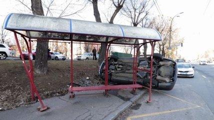 В Киеве авто вылетело на тротуар и снесло остановку
