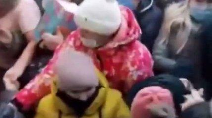 """""""Где мы еще таких клоунов увидим"""": в Башкирии женщины с детьми устроили давку из-за скидок (видео)"""