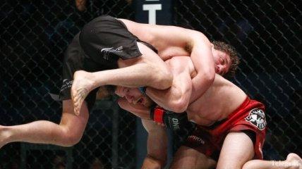 Бойцы MMA продолжили драться после остановки боя (Видео)