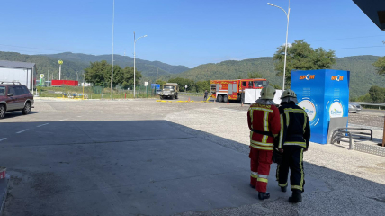Спасатели работают на месте ЧП