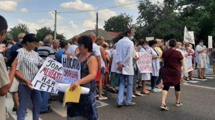 На Харьковщине медики перекрыли киевскую трассу из-за трехмесячной задолженности по зарплате (фото)