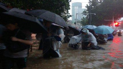 Без транспорта, света и воды: десятимиллионный город в Китае парализован из-за сильнейших ливней