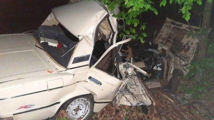 """ДТП в Киевской области: """"ВАЗ"""" влетел в дерево, три человека погибли"""