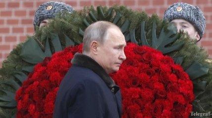 """У здания СК РФ появилось """"надгробие"""" Путину: задержан активист"""
