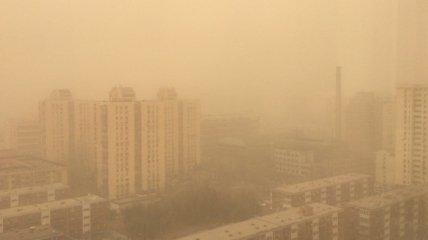 В Китае - самая большая песчаная буря за последние 10 лет: аэропорты Пекина отменяют рейсы (фото, видео)