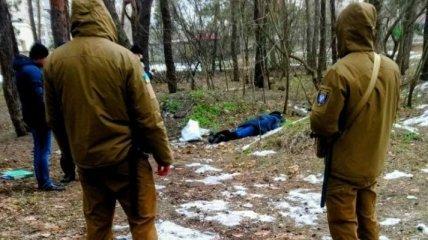Лежала на земле лицом вниз: в Киеве в парке нашли мертвой женщину (фото)