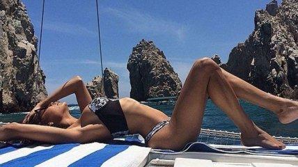 Красотки-знаменитости демонстрируют свои модные купальники (Фото)