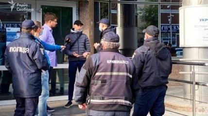 """Журналист и оператор """"Схем"""" после нападения на них в """"Укрэксимбанке"""""""