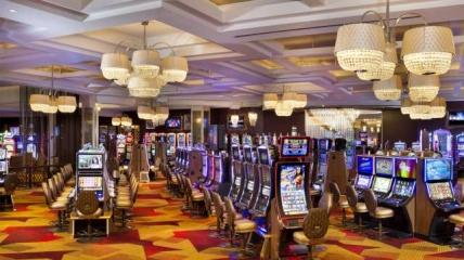 В казино мужчина приехал с супругой чтобы развеяться.