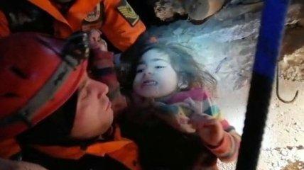 В Турции спасатели достали из-под завалов женщину с двухлетним ребенком: видео