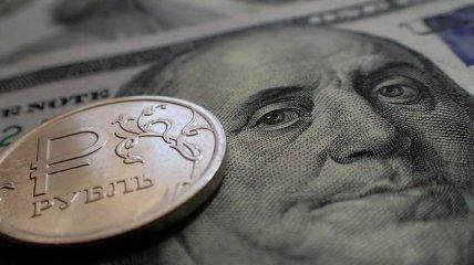 Рубль падає слідом за ціною на нафту