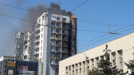 В одесском ТРЦ сильное задымления из-за пожара в соседнем здании