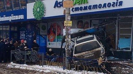 В Киеве Mercedes влетел в стоматологию, есть жертвы