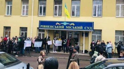 Подозреваемого в изнасилованиях забросали яйцами в Ровно: одна из жертв объяснила ситуацию