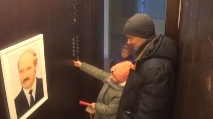 """""""Бацька в лифте"""": Как жители Минска реагируют на портрет Лукашенка (Видео)"""